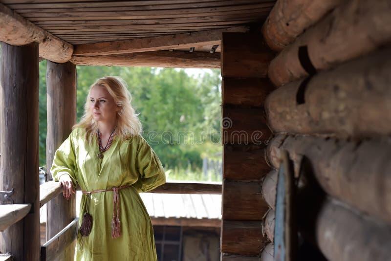 Menina loura de Viking em um vestido verde fotografia de stock royalty free