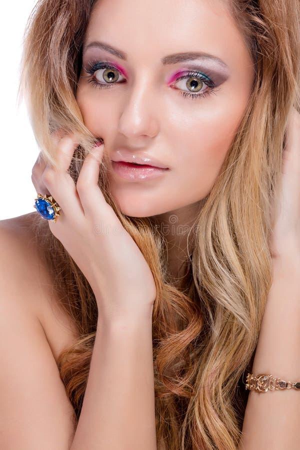 Menina loura despida bonita com composição brilhante e cabelo ondulado longo no fundo branco Tiro da forma fotografia de stock royalty free