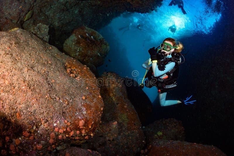 Menina loura do mergulhador da beleza ao nadar debaixo d'água foto de stock royalty free
