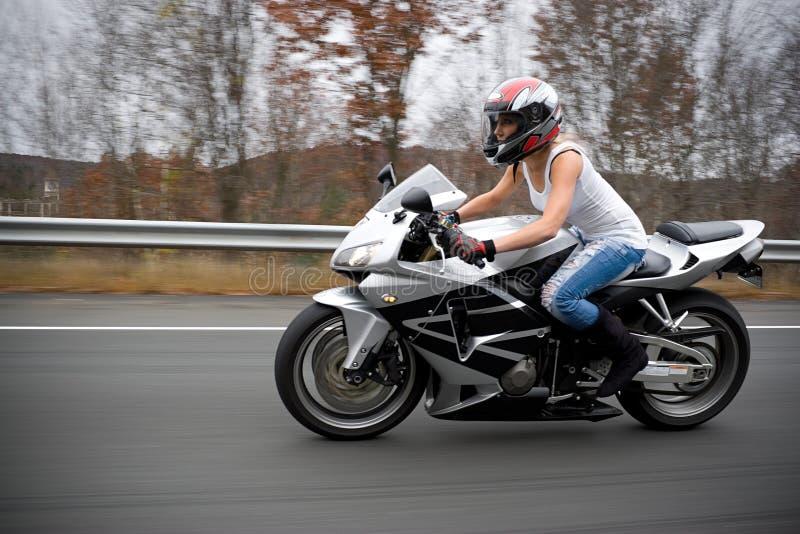 Menina loura do motociclista imagem de stock