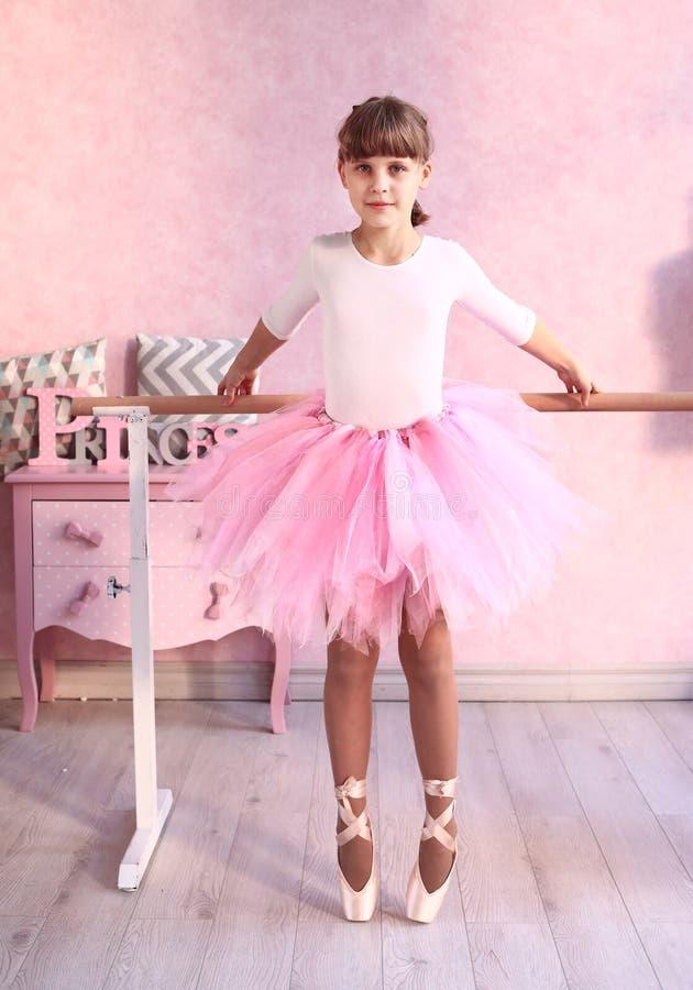 Menina loura do Preteen na classe do bailado fotografia de stock royalty free
