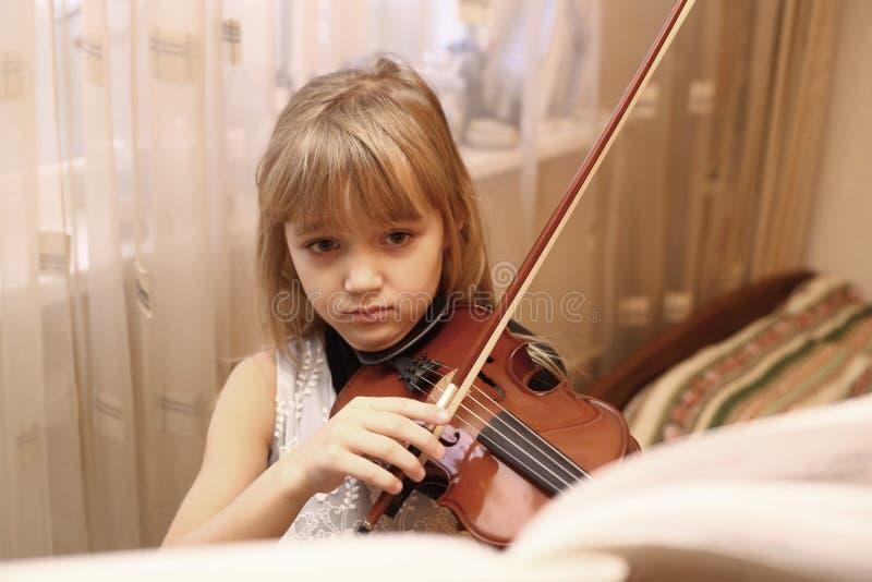 Menina loura do preteen que joga o violino fotos de stock royalty free