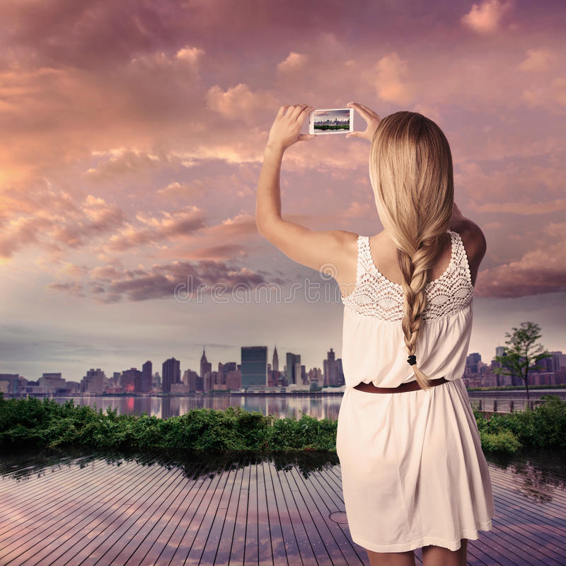 Menina loura do turista que toma a foto de Manhattan NYC fotos de stock royalty free
