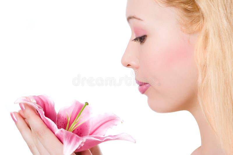 Menina loura dos termas da beleza com lírio cor-de-rosa fotografia de stock