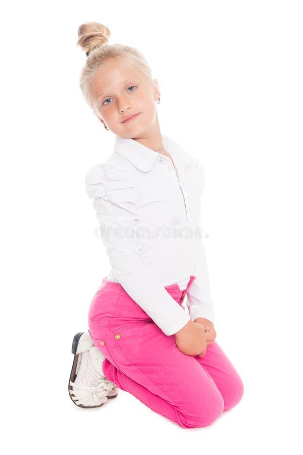 Menina loura em calças de brim cor-de-rosa imagem de stock