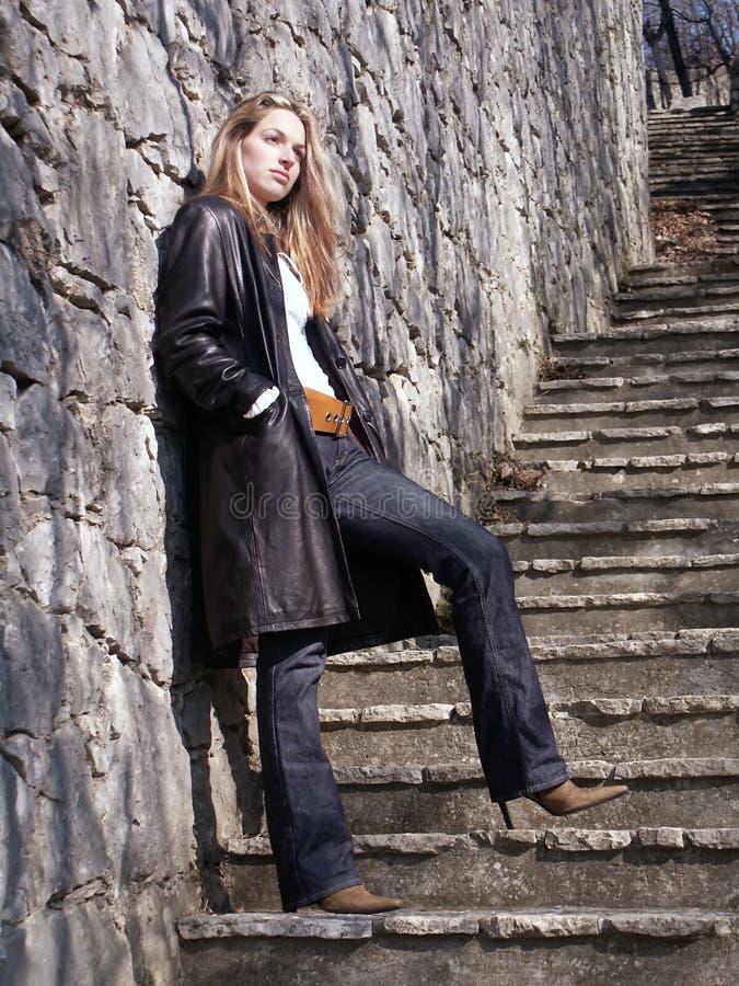Menina loura em escadas fotografia de stock