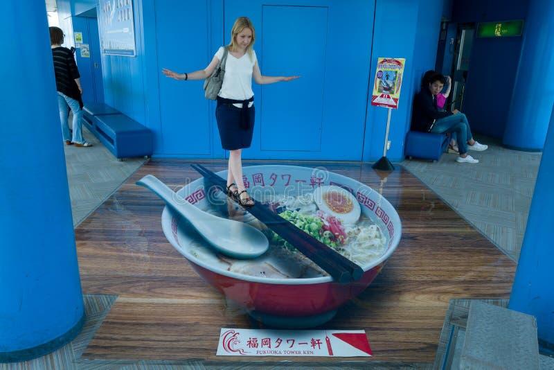 Menina loura em Fukuoka que anda na ilusão dos Ramen fotografia de stock