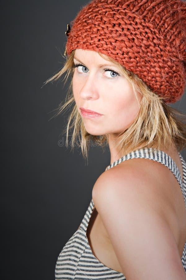 Menina loura em um chapéu alaranjado do Beanie fotos de stock