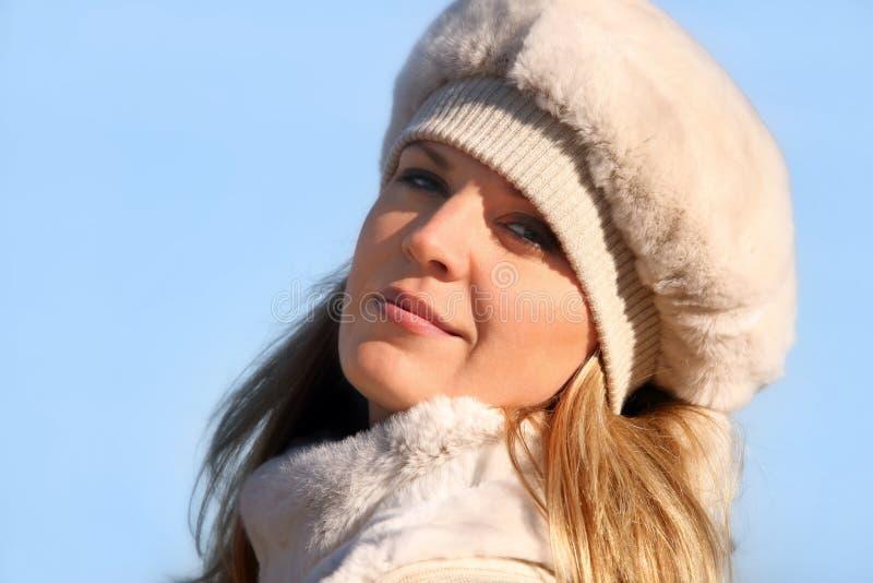 Menina loura em um chapéu forrado a pele imagens de stock