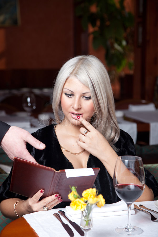 Menina loura em um restaurante imagem de stock royalty free