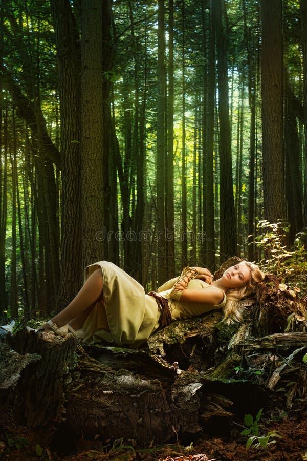 Menina loura em uma floresta mágica imagens de stock