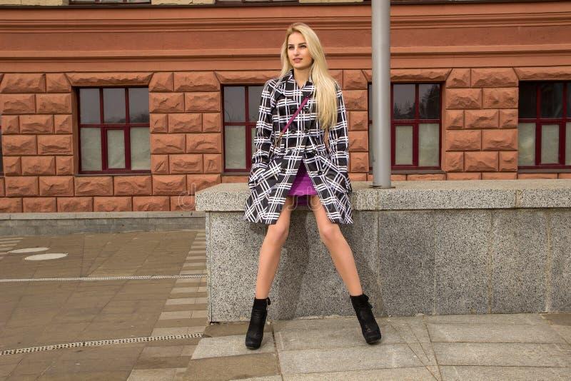 A menina loura está levantando na cidade fotografia de stock royalty free