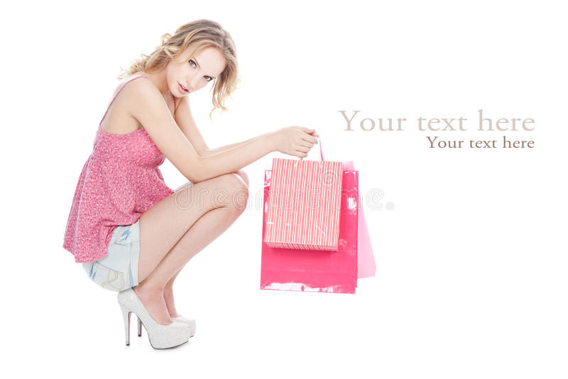 Menina loura feliz com os sacos de compra cor-de-rosa fotos de stock