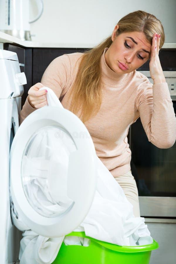 Menina loura infeliz com a camisa branca suja foto de stock