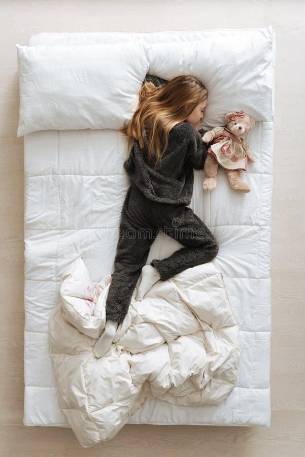 Menina loura lindo cansado após um dia longo fotografia de stock royalty free