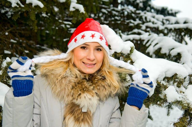 Menina loura na floresta do inverno imagens de stock