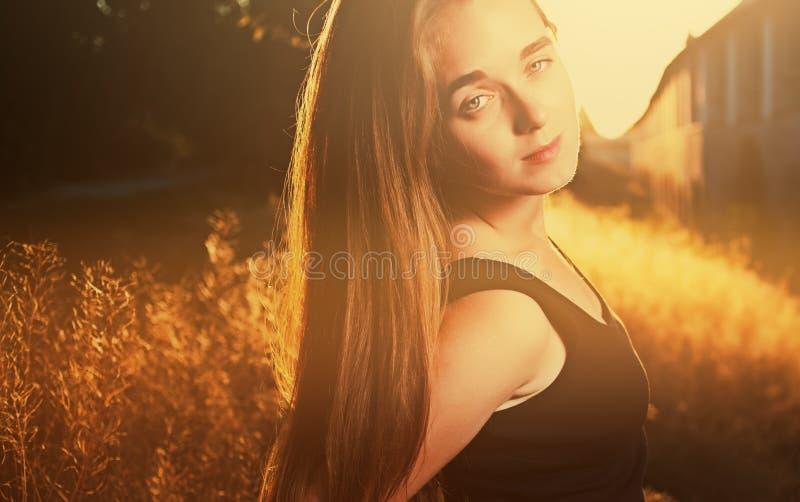 Menina loura na luz morna backlit, imagem colorized do por do sol fotografia de stock