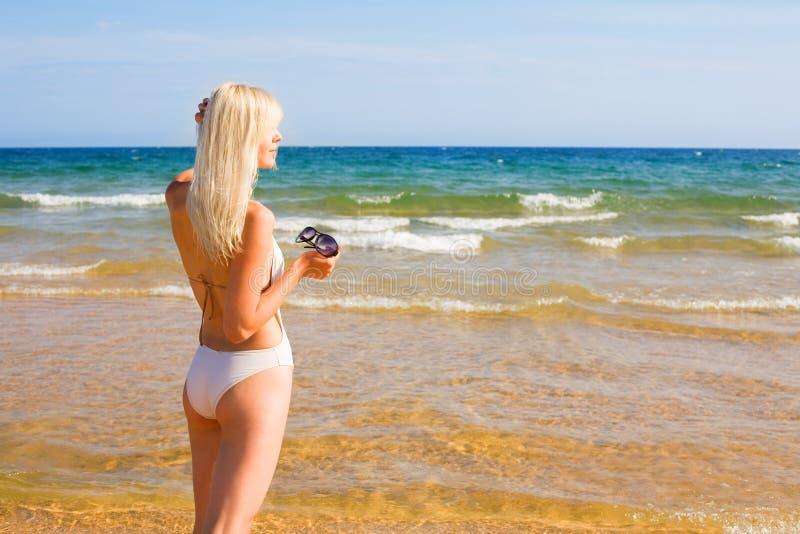 Menina loura na praia foto de stock
