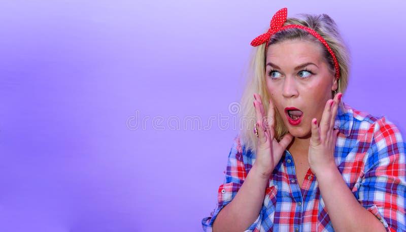 A menina loura na vista retro do estilo da forma surpreendeu ao espaço vazio esquerdo fotografia de stock