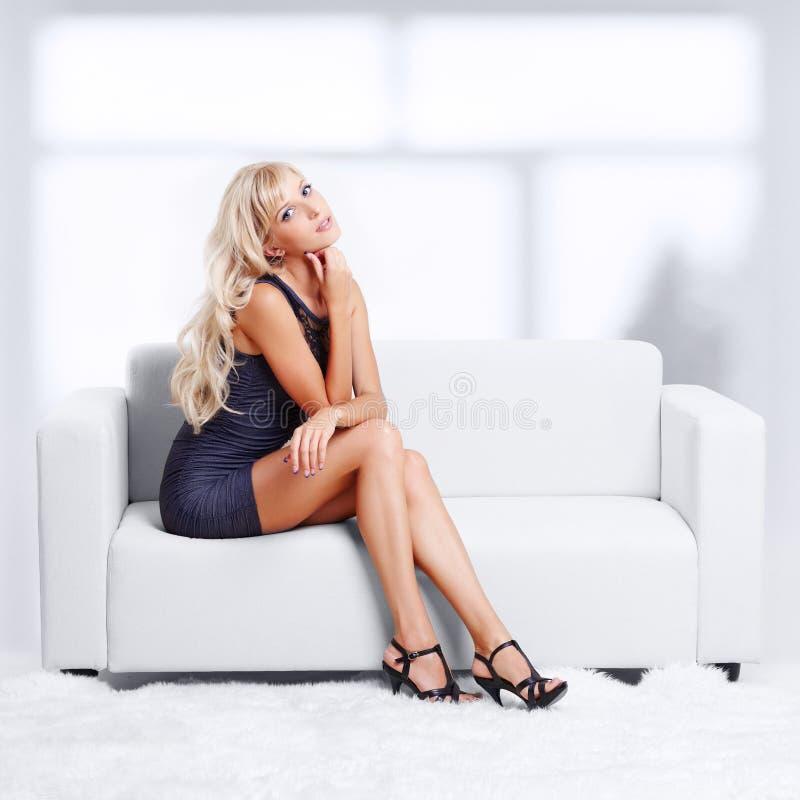 Menina loura no sofá fotografia de stock