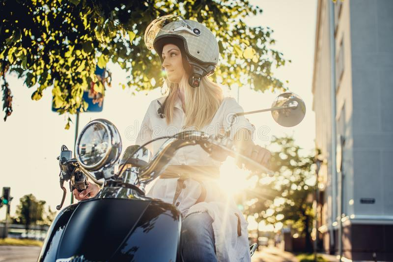 Menina loura no 'trotinette' do moto imagens de stock royalty free