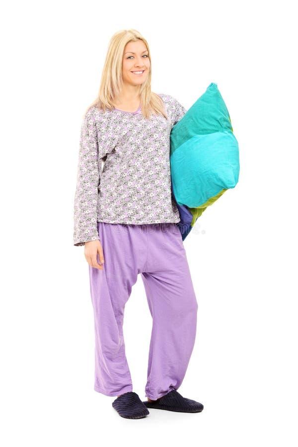Menina loura nos pijamas que guardam um descanso imagens de stock royalty free