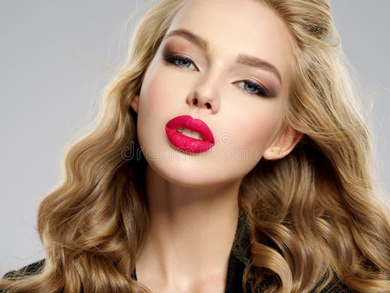 Menina loura nova bonita com os bordos vermelhos 'sexy' fotos de stock
