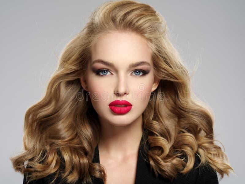 Menina loura nova bonita com os bordos vermelhos 'sexy' fotografia de stock royalty free