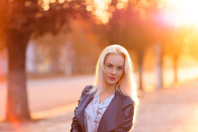 Menina loura nova bonita com uma cara de sorriso bonita e olhos bonitos O retrato de uma mulher com cabelo longo e surpresa olha foto de stock royalty free