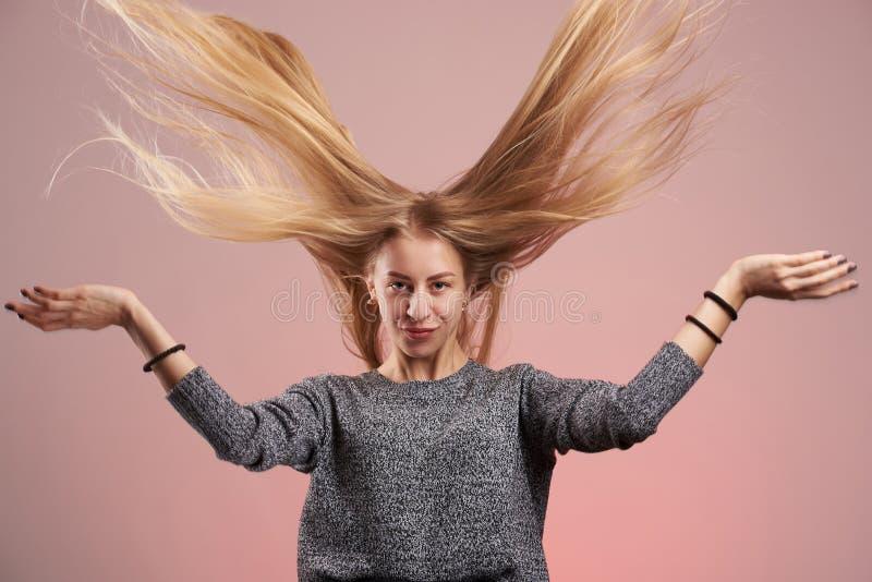 Menina loura nova com cabelo longo fotos de stock