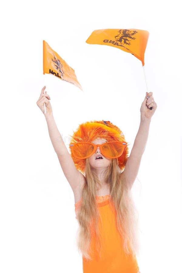 Menina loura nova com ondulação alaranjada do chapéu e bandeiras no estúdio fotos de stock