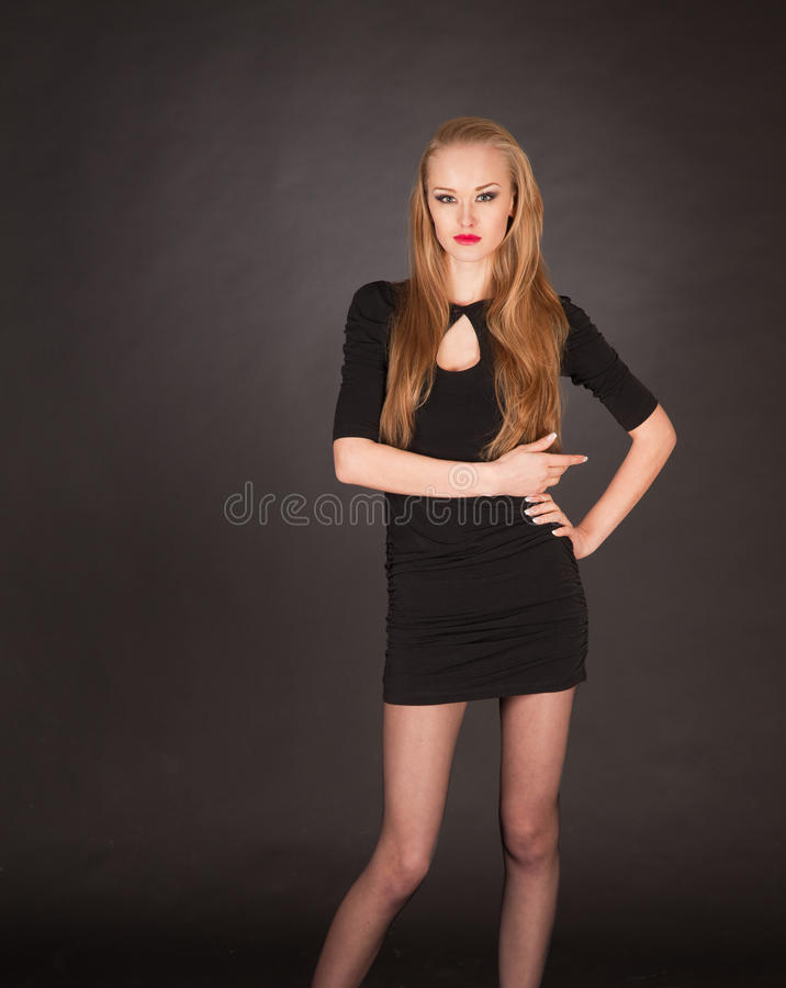 Menina loura nova de levantamento elegante foto de stock