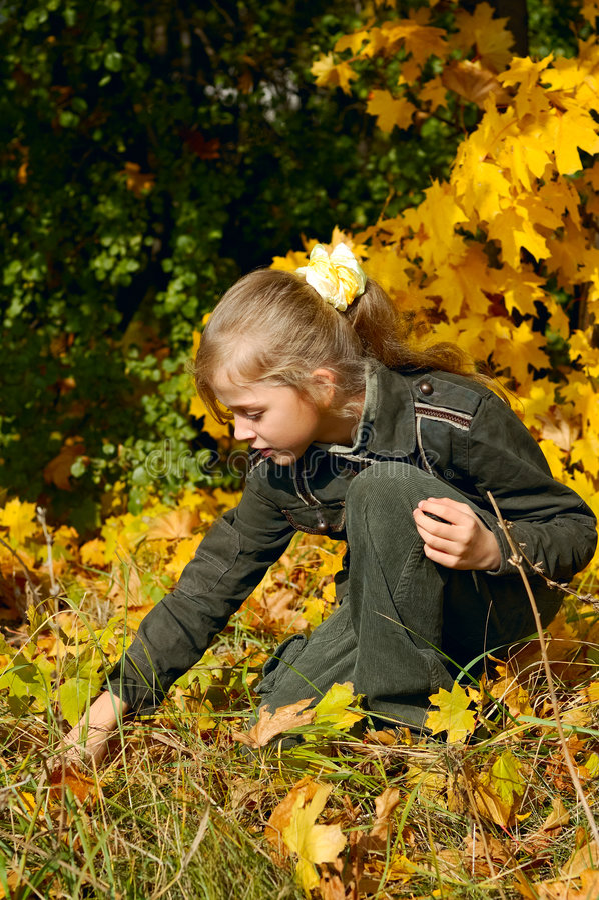 Menina loura nova em um outono imagem de stock