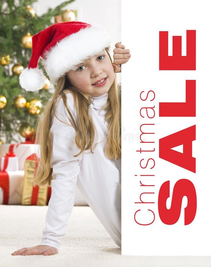 Menina loura nova no chapéu de Santa e comforter vermelho b fotografia de stock royalty free