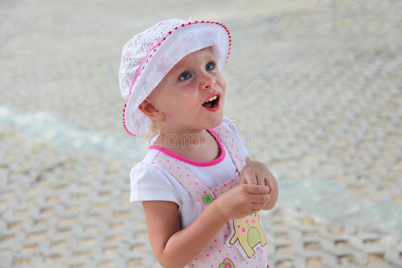 A menina loura pequena abriu sua boca na surpresa foto de stock