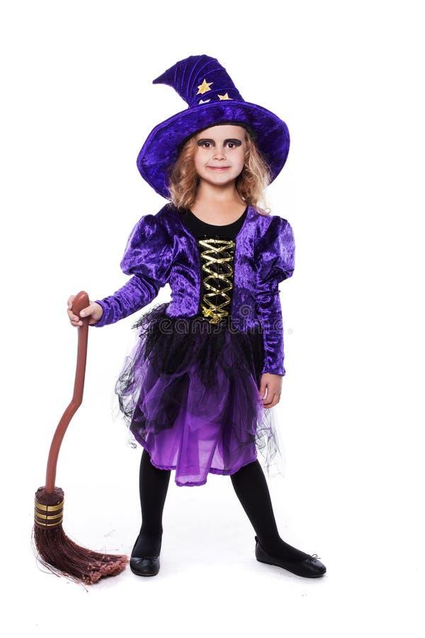 Menina loura pequena adorável que veste um traje da bruxa que sorri na câmera Halloween fairy tale Retrato do estúdio isolado fotos de stock