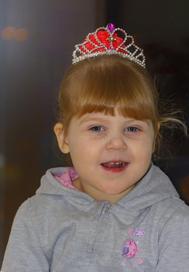 A menina loura pequena com olhos azuis fotografia de stock royalty free