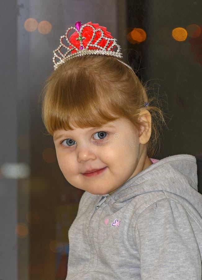 A menina loura pequena com olhos azuis imagens de stock royalty free