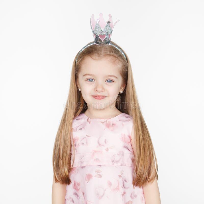 Menina loura pequena de sorriso bonito no vestido da princesa imagens de stock