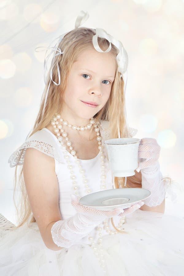 Menina loura pequena do inverno com chávena de café ou chá fotos de stock