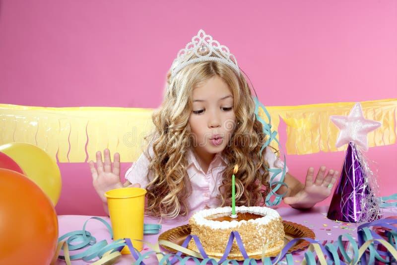 Menina loura pequena em uma festa de anos imagens de stock royalty free