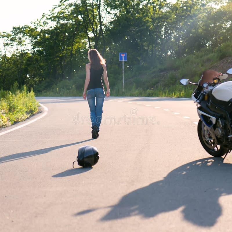Menina loura perto da motocicleta moderna fotografia de stock royalty free