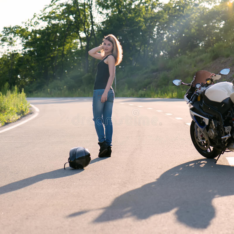 Menina loura perto da motocicleta moderna imagem de stock