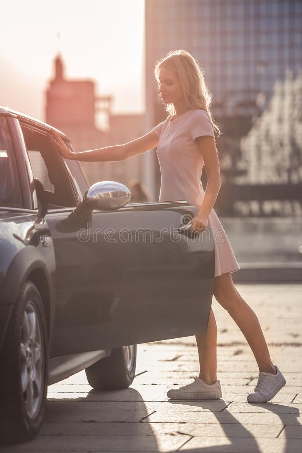 Menina loura perto do carro fotografia de stock royalty free