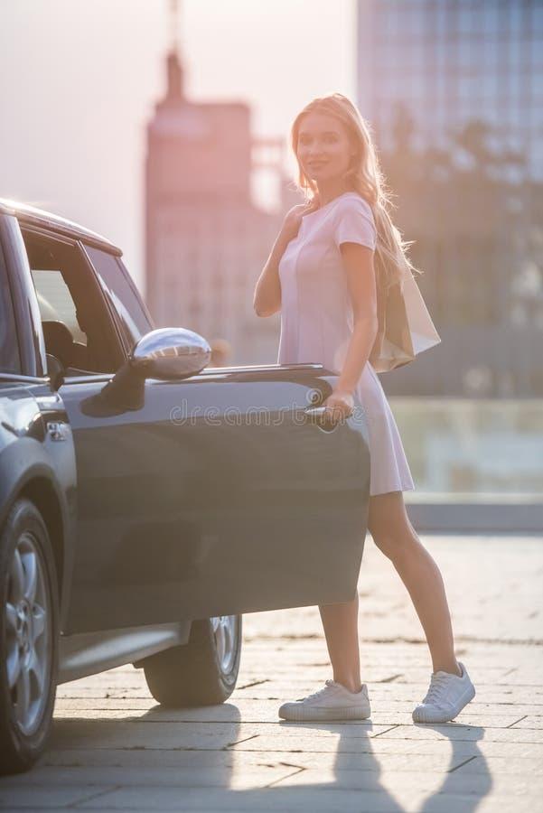 Menina loura perto do carro imagem de stock