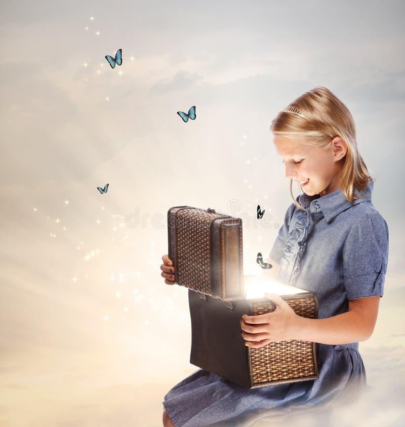 Menina loura que abre uma caixa do tesouro imagens de stock