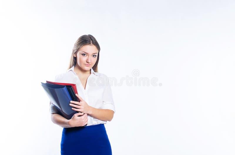 Menina loura que guarda dobradores do escritório imagem de stock royalty free