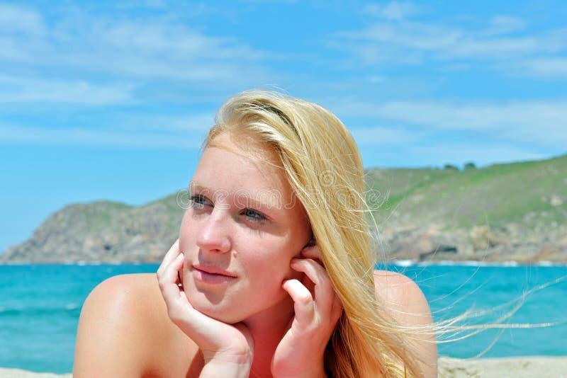 Menina loura que levanta na praia em Spain imagens de stock royalty free