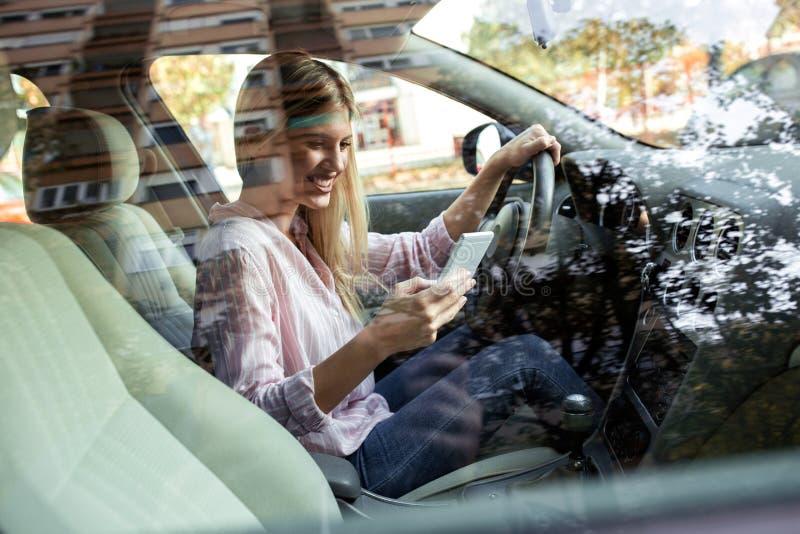 Menina loura que põe todos em risco com sua condução insegura fotos de stock royalty free