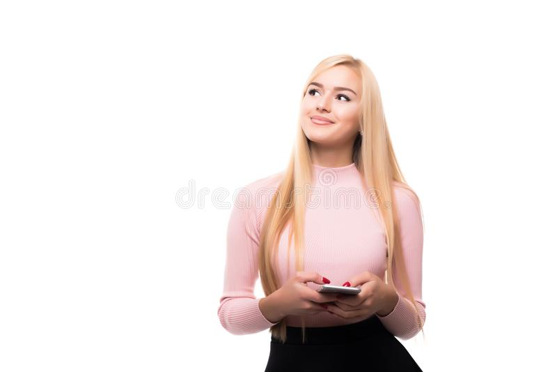 Menina loura satisfeito que usa o smartphone ao texting a mensagem com sorriso Retrato interno da jovem mulher entusiasmado que g imagens de stock